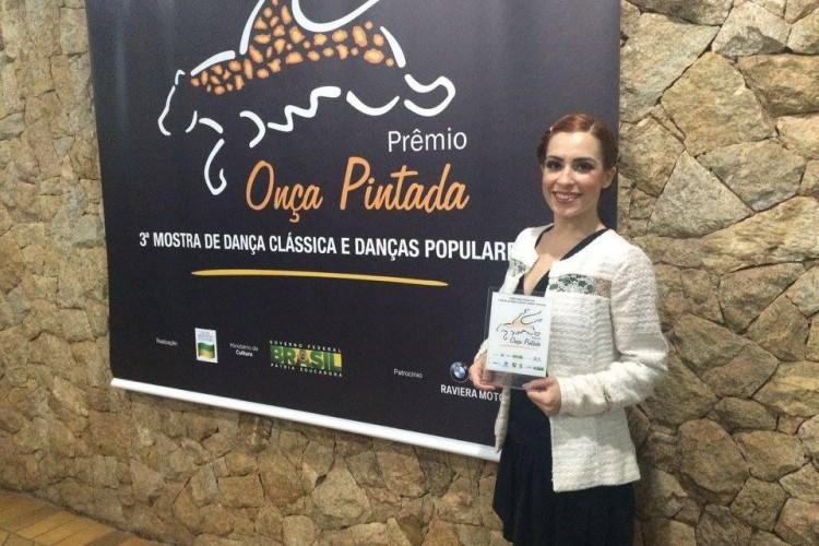 Após a premiação Ariel Venâncio posa para as fotos com o Troféu de Melhor Bailarina (Prêmio de Dança Onça Pitada)